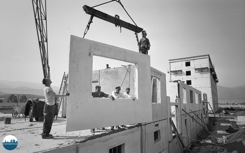 26.6.1961 - Na sídlisku Sever, ktoré vyrastá na lúke medzi Martinom a Priekopou, dvíhajú sa múry druhého domu. Montážna čata Jozefa Čelku osadzuje vonkajší panel na dom, v ktorom bude 34 bytov.