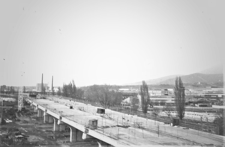 1985 - Pohľad z okna internátu pri SOU na výstavbu prieťahu mestom (Milan).