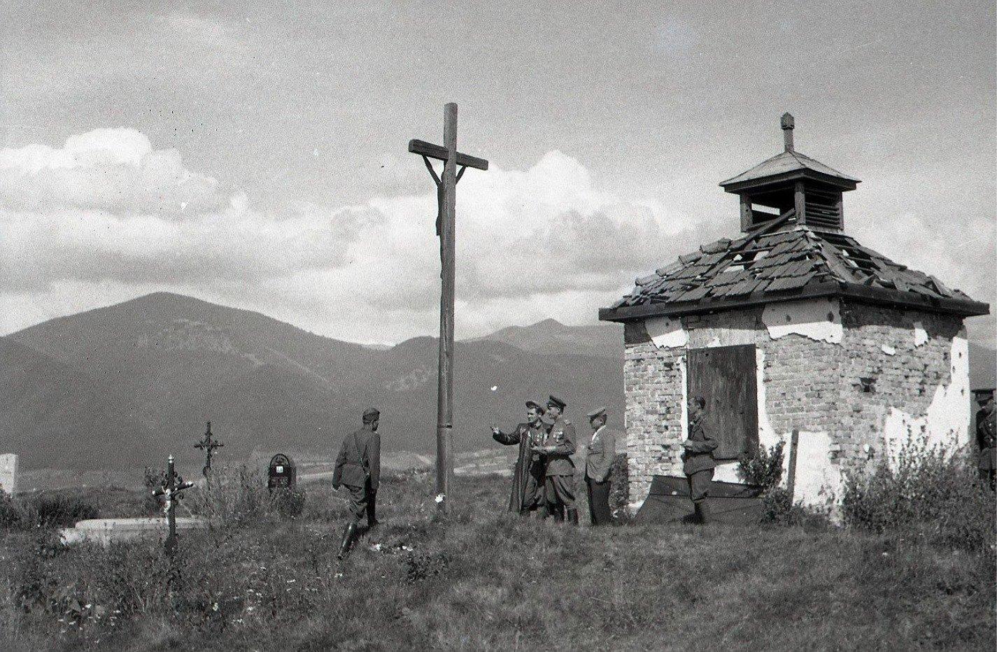 1945 - Major Jegorov so svojim štábom na cintoríne v Košútoch