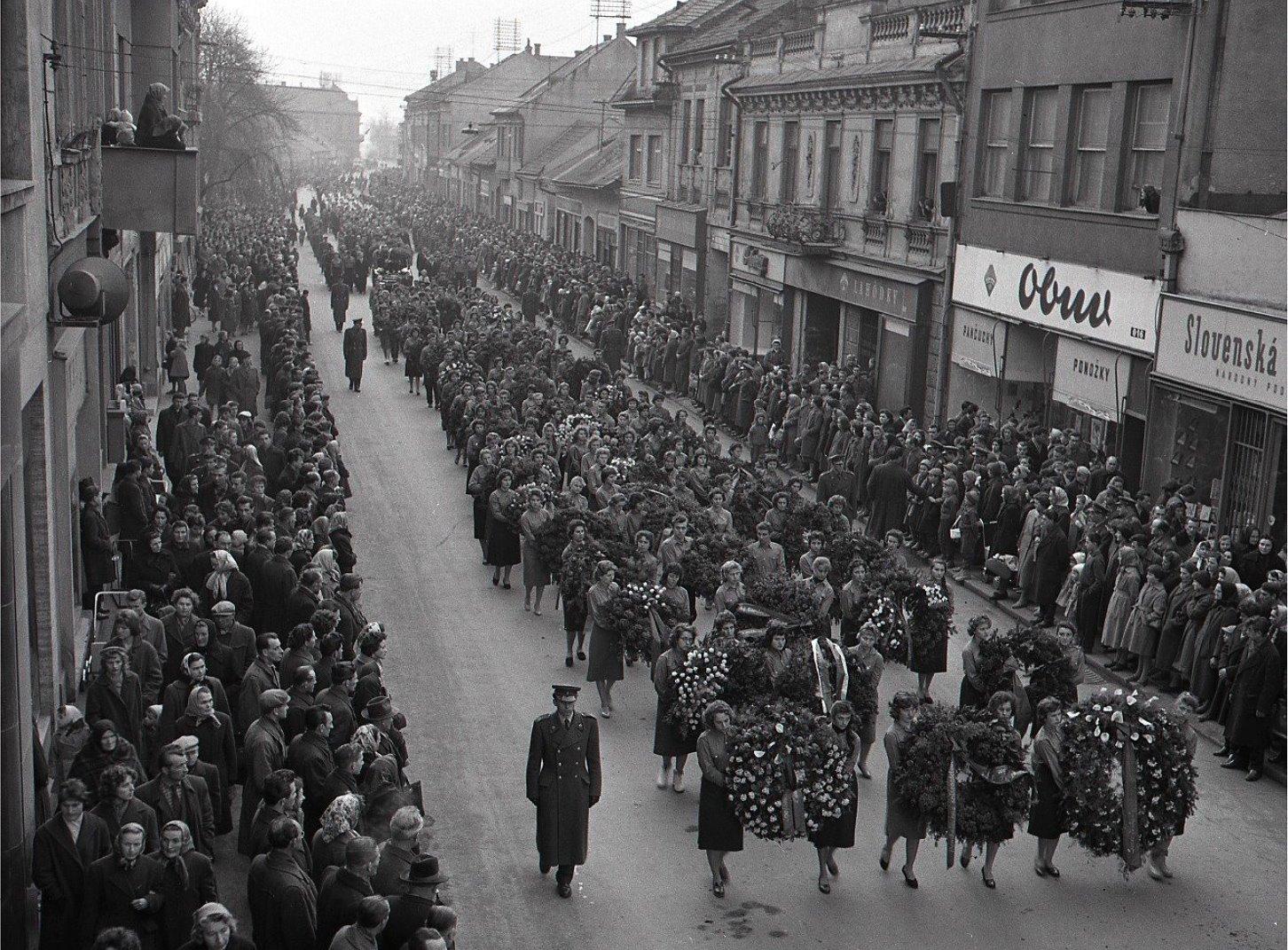 1960 - Delegácia ÚV KSS pri smútočnej rozlúčke s rodinou F. Hečka na cintoríne