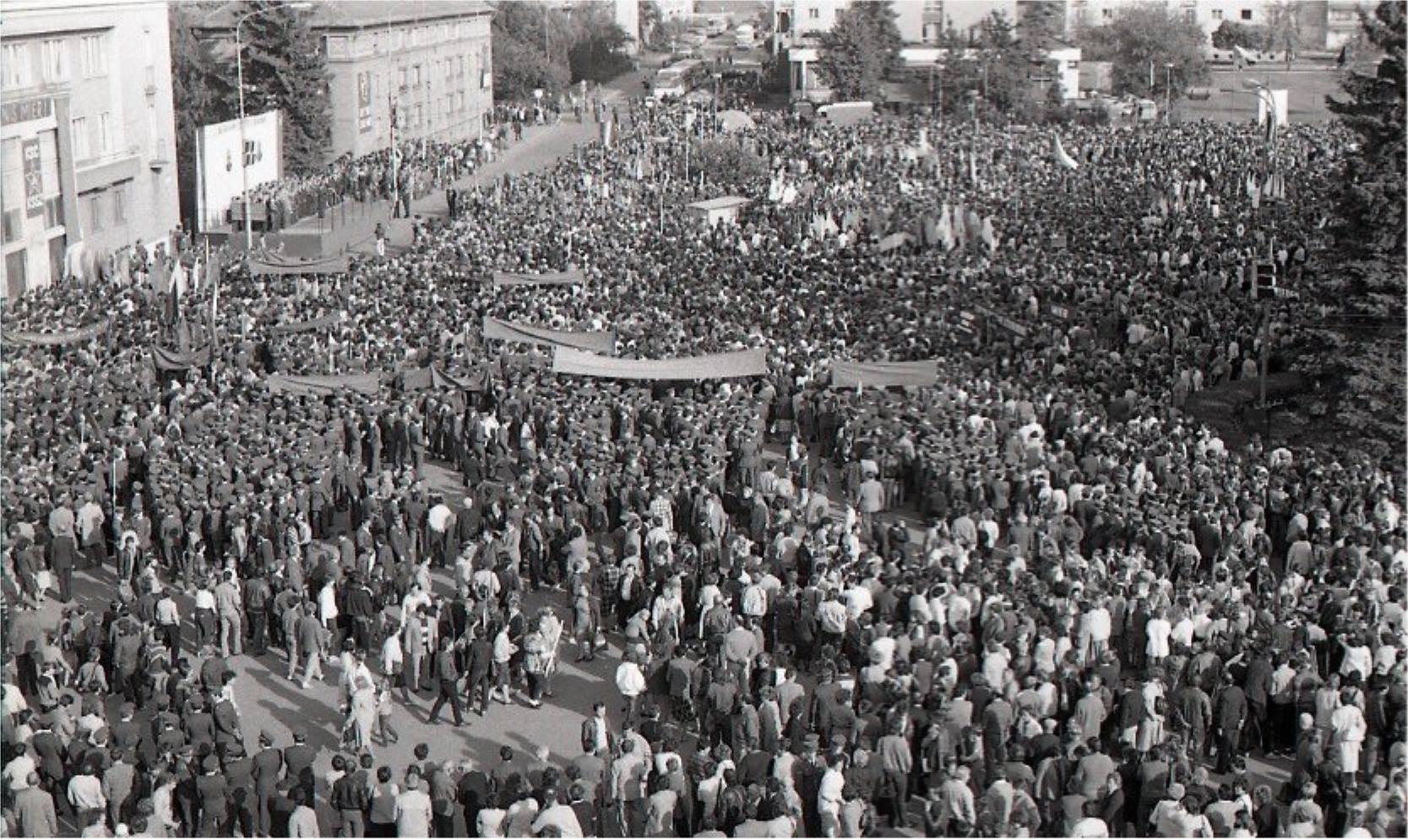 1986 - Celkový pohľad na účastníkov celoštátneho manifestačnéhozhromaždenia na Námestí SNP v Martine