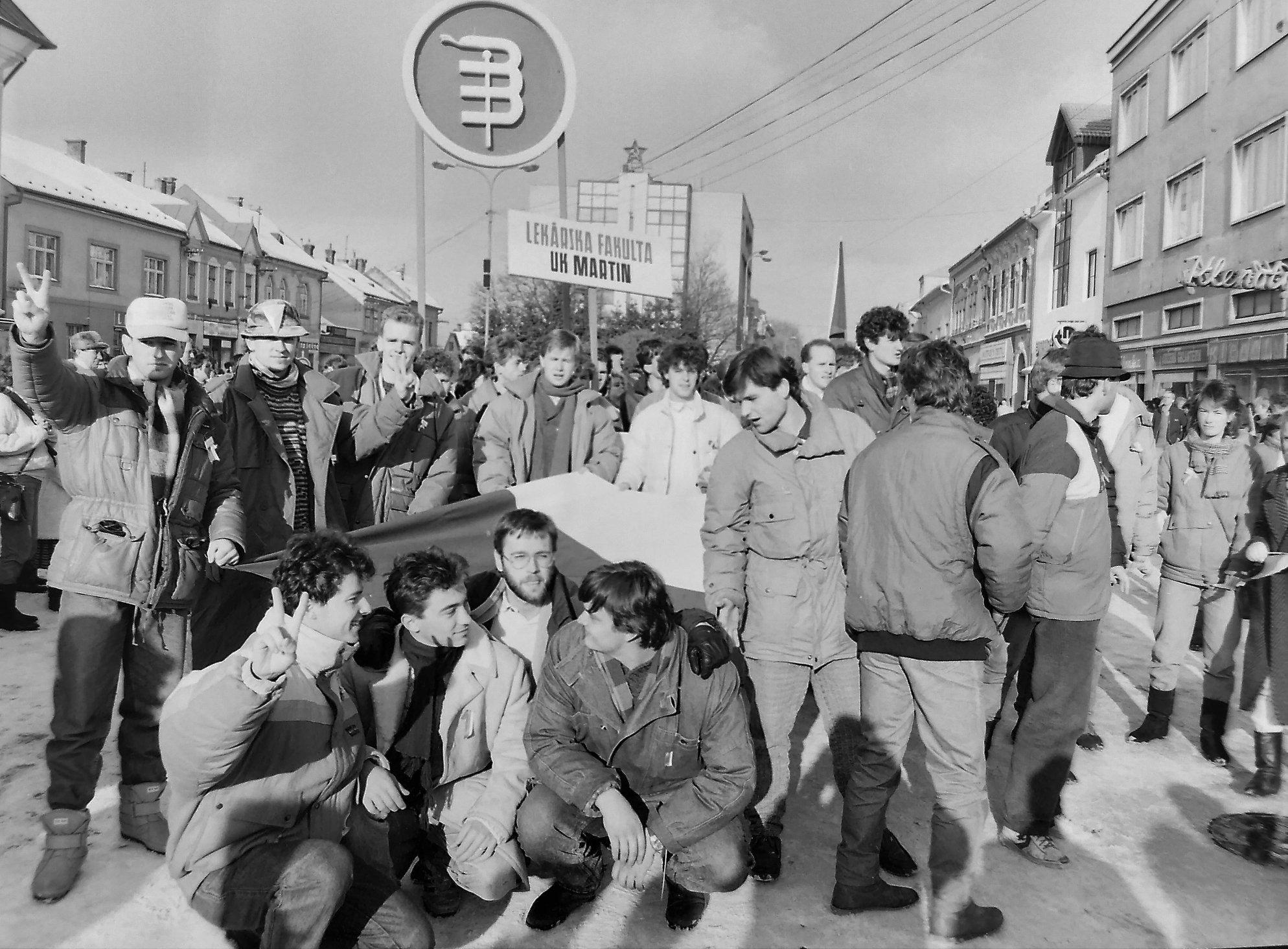1989 - V jeseni 1989 sa v bývalom Československu odohrali významné udalosti, ktoré viedli k pádu vlády Komunistickej strany a k zmene spoločenského zriadenia.