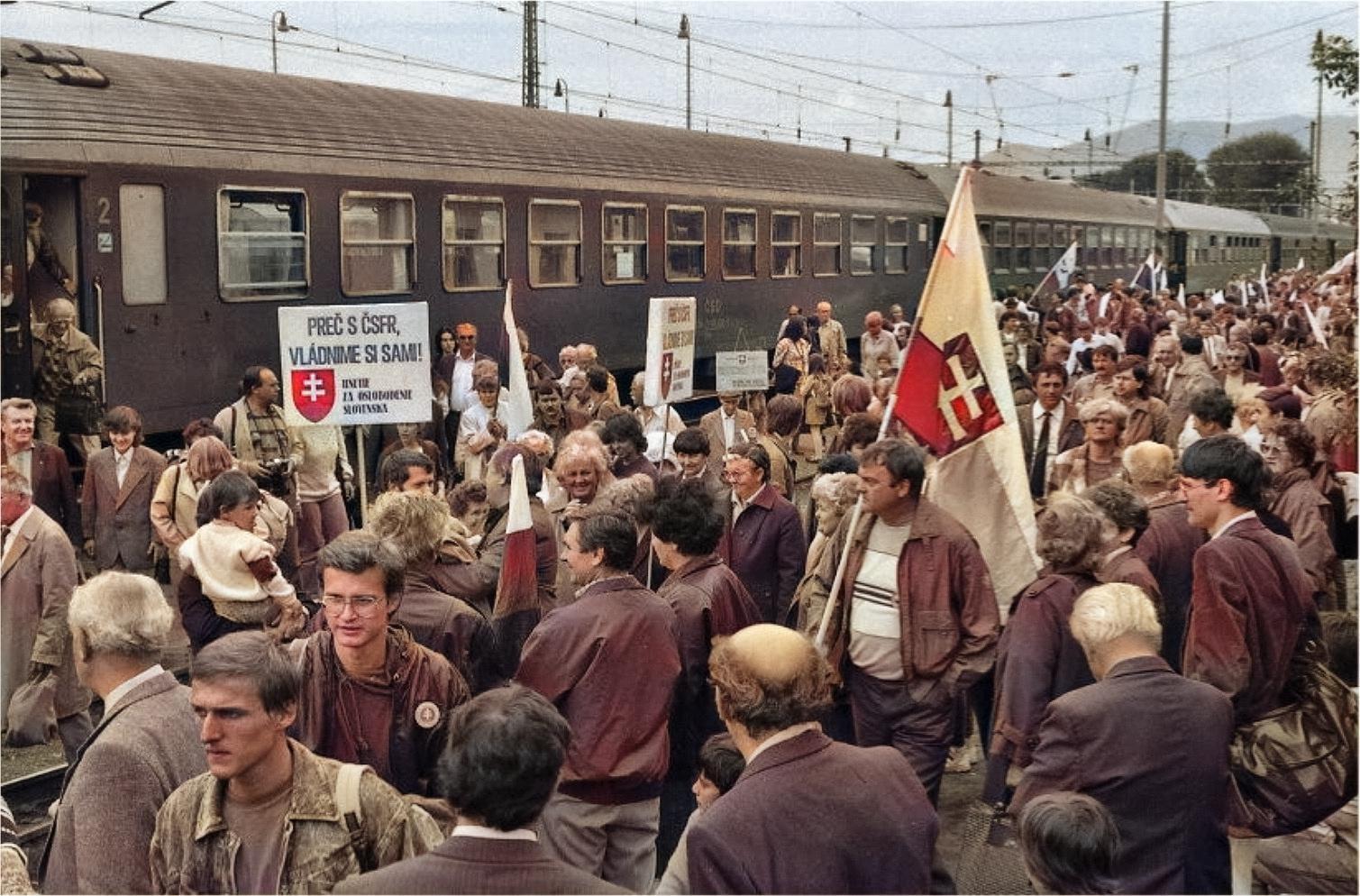1991 - Na oslavy 130. výročia memoranda národa Slovenského prišli nielen desiatky autobusov z celého slovenska, ale ale Aj Mimoriadny vlak