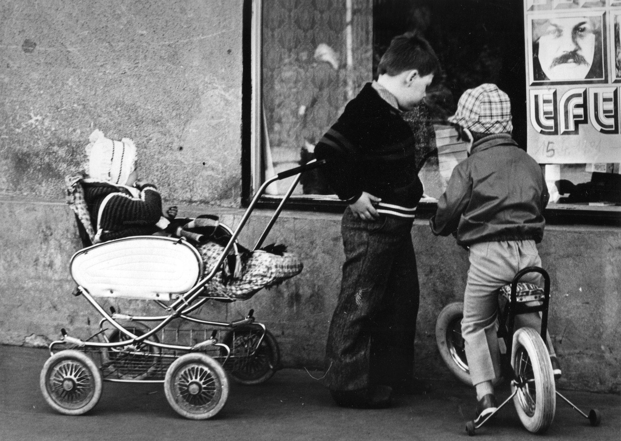 Deti pozerajú do výkladu z obchodov, 1981