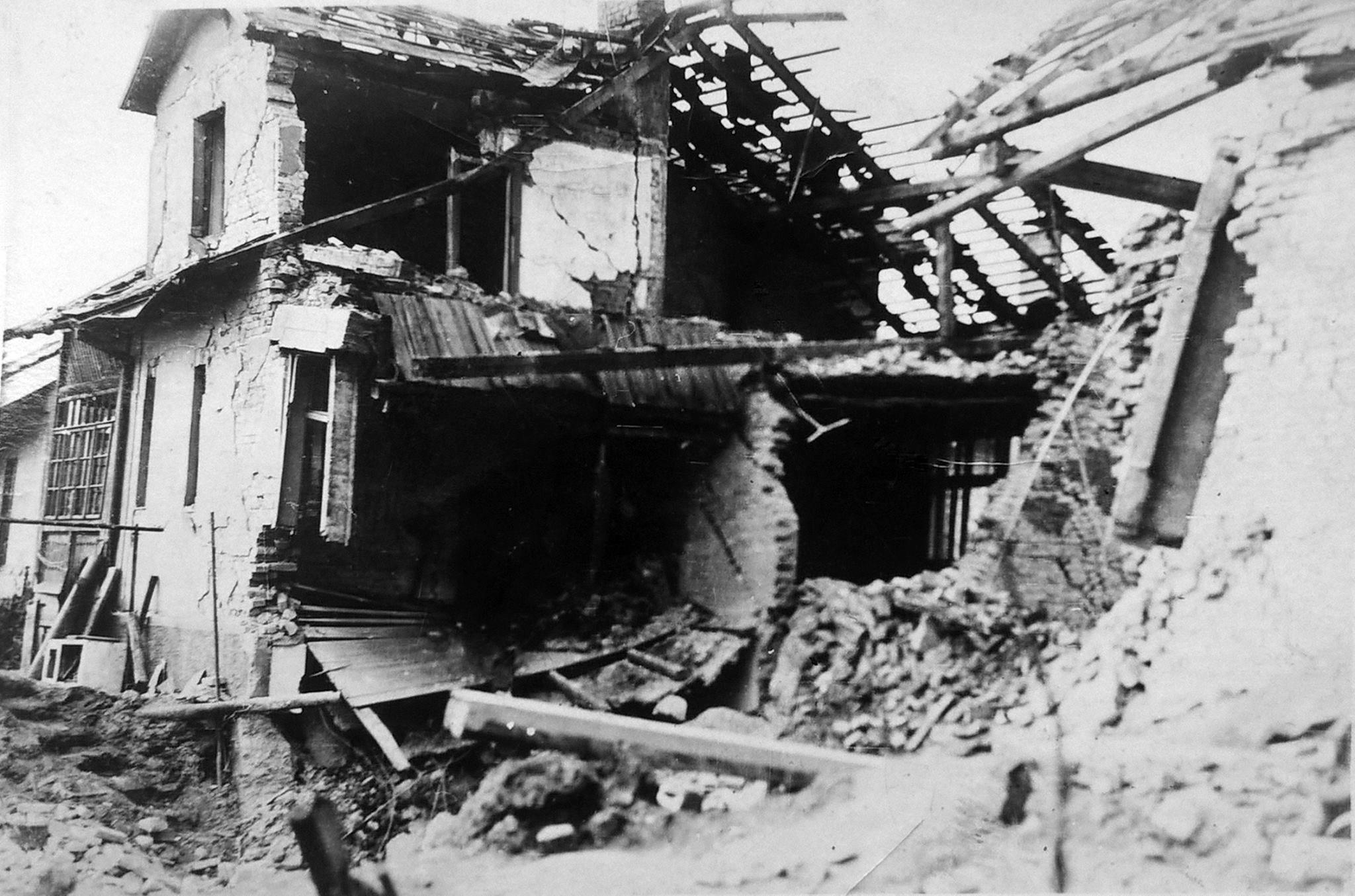 Fotka zbomardovaneho domu (Mexiko) , 1944
