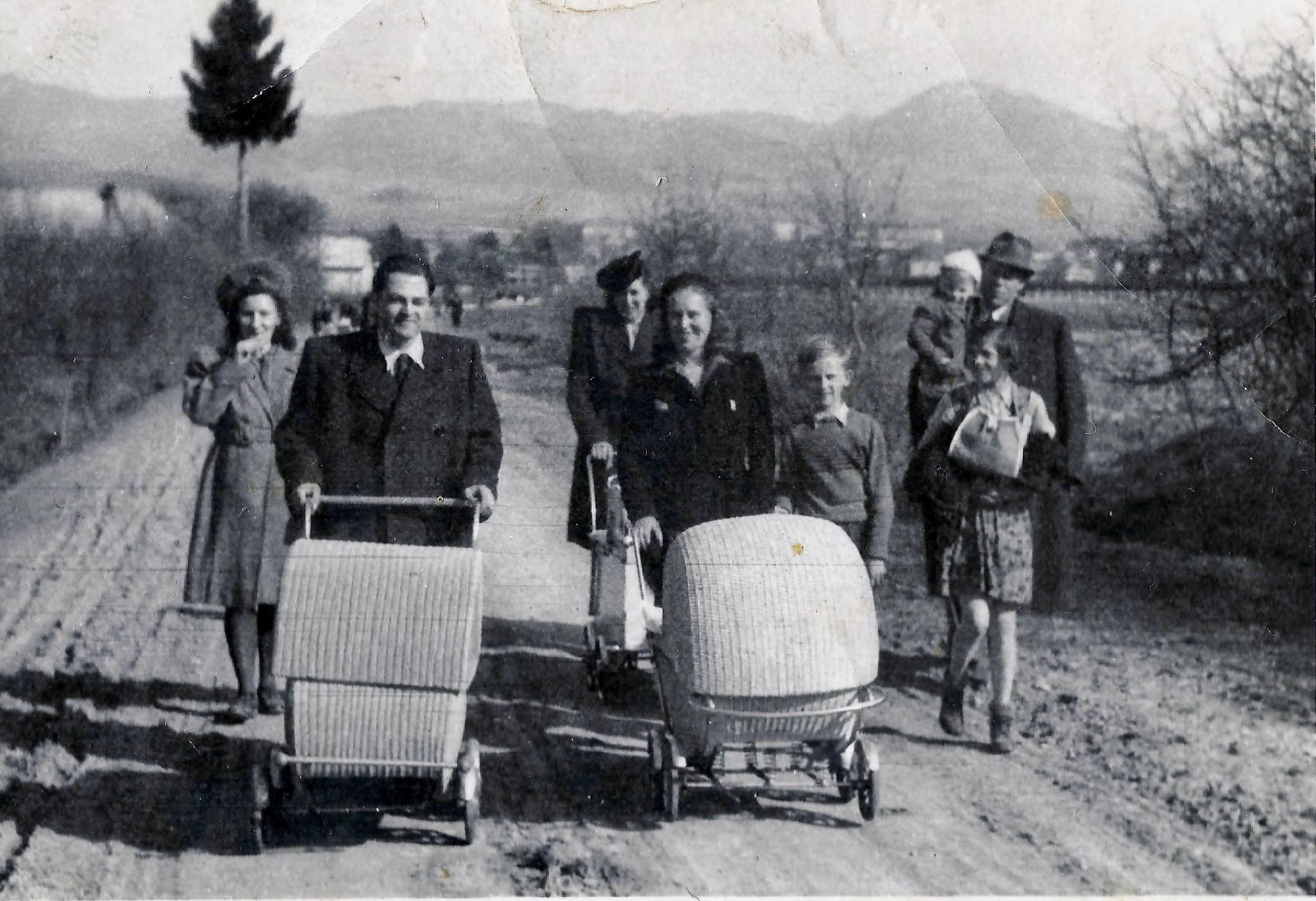 Rodinky na prechádzke po starej ceste na stráne, 1947