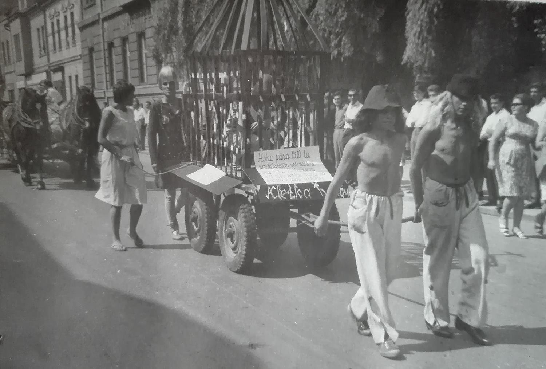 Sprievod v dobových kostýmoch. 60te roky