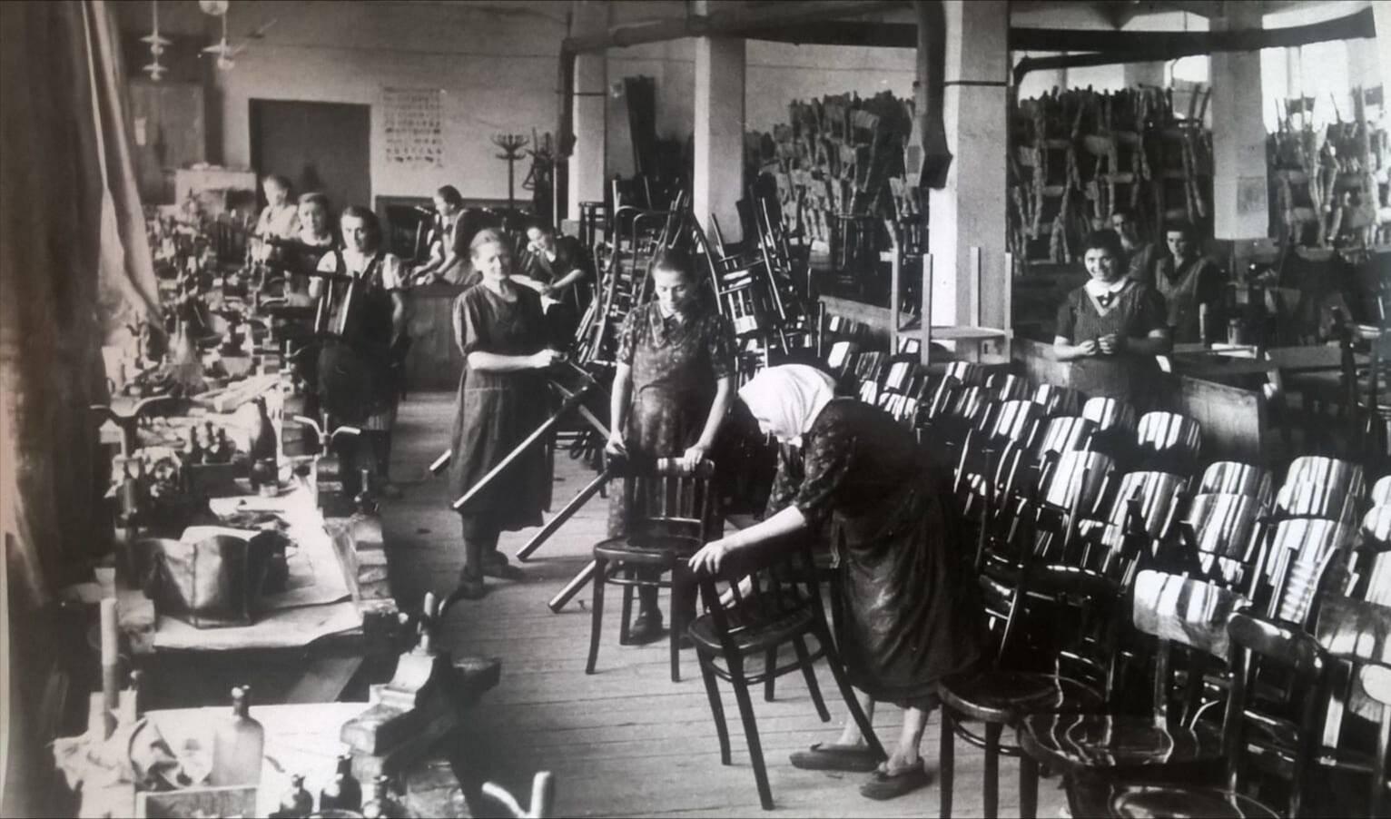 Stoličky v známej Martinskej fabrike začiatkom 50tych rokov