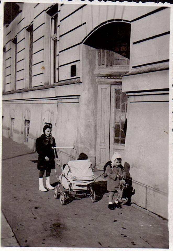 Cca 1941 - Zadný vstup do dnešnej Sporitelne, bývalej Tatrabanky
