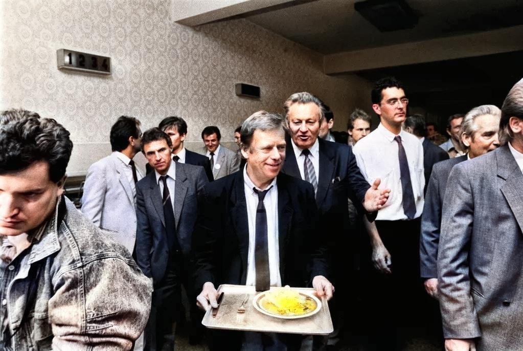 Václav Havel na návšteve v ZŤS Martin v máji 1990. Naobedoval sa s pracujúcimi v jedálni ZŤS