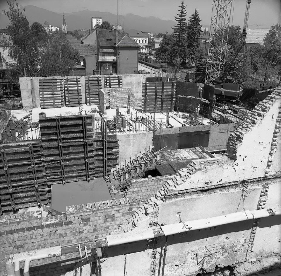 Rekonštrukcia budovy Divadla SNP, na zábere je nová časť budovy, fotené 17. mája 1989 (Samuel)