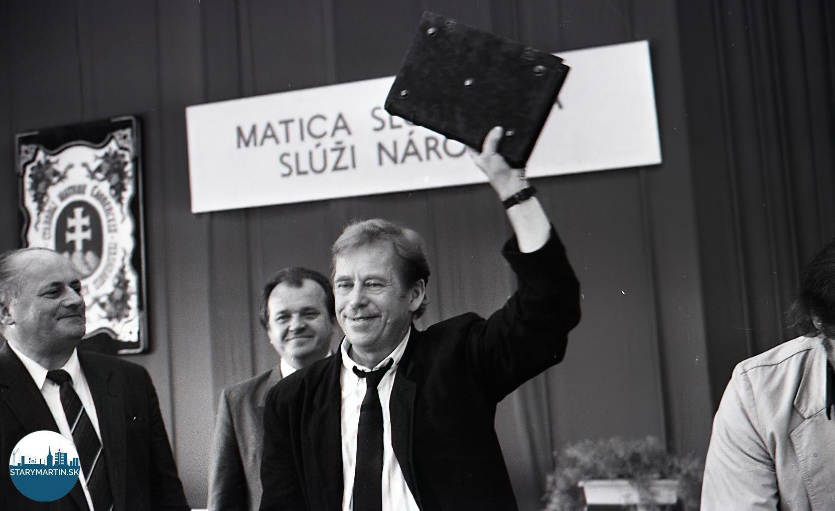 Václav Havel ďakuje za dar pracovníkom Matice Slovenskej. Martin, 1990. TASR.