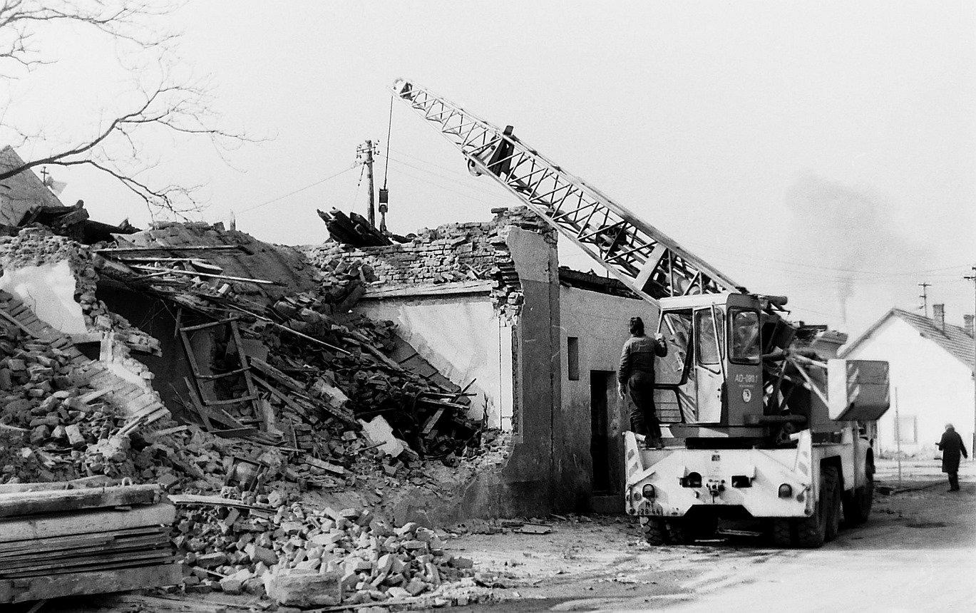 Búranie starého domu v MT, 80te roky