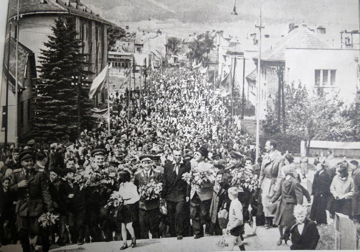 Veľkolepé privitanie alexandrovovho súboru červenej zástavy na oslavách 11. Vyročia SNP v Martinskom amfiteátri Roku 1955