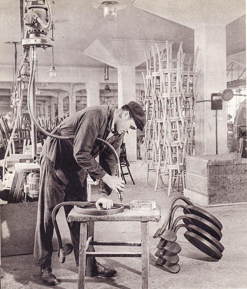 Výroba taburetiek V stoličkovej továrni, 50te roky